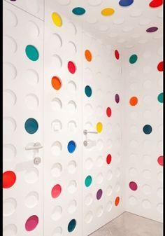 Nas portas dos banheiros do lobby, as cores aparecem em pequenas bolinhas na parede, sobre fundo branco. O atrativo do hotel Pantone, na Bélgica, é a decoração colorida que se baseia no sistema de cores criado pela empresa homônima em 1963
