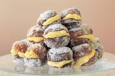 Αυτό το παραδοσιακό ιταλικό γλυκό είναι παρόμοιο με ένα ντόνατ και είναι γεμάτο με κρέμα βανίλια.