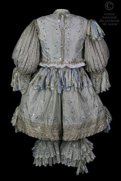 Paris National Opera N °:  D - ONP - 24DQ004 ROLE:  Un election ARTISTS:  Guillot  COSTUME DESCRIPTION:  Seventeenth century style costume doublet short rhingrave off white with silver lace trim and blue velvet ribbons.