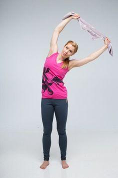 Hartiat jumissa? Näin venyttelet kivun pois pyyhkeen avulla | Me Naiset Organic Beauty, Excercise, Pilates, Health Fitness, Sporty, Gym, Workout, Stretching, Style
