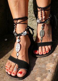 Dieses Angebot gilt für ein Paar Sandalen barfuß und eine Zehe Ring. Wunderschöne und einzigartige barfuss Sandalen mit einem ethnischen Vibration. Sie sehen toll aus als Halskette oder an den Händen auch :) Handmade Gestricken mit Liebe und Sorgfalt mit gewachst, Polyesterband, tibetische Silber Beads, Griechische Keramik Perlen und Glasperlen. Die Spitze ist lang genug, um es 2 Mal um das Bein wickeln. Jedes Ende der Zeichenfolge wird mit Achira Samen, tibetische Silberperlen und einer…