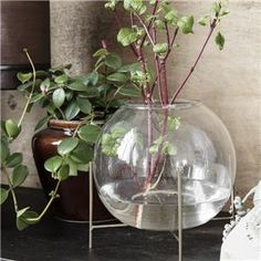 The Ada vase by House Doctor has a unique design and is therefore a real eye-catcher. The vase is made of transparent glass and has a metal base with House Doctor, Green Cushion Covers, Green Cushions, Copper Mirror, Metal Mirror, Vases En Verre Transparent, Boucherouite, Design Vase, Deco Originale