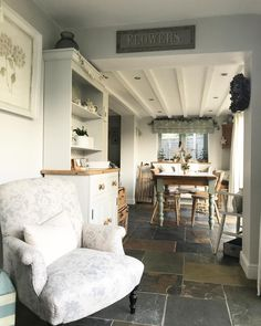 Feel Inspired by This Vintage Country Home Ideas! Country Cottage Interiors, Country Interior, Coastal Cottage, Country Cottages, Sunroom Furniture, Home Furniture, Beautiful Kitchens, Beautiful Homes, Cosy Kitchen