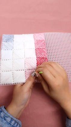 Bolsa feita com lã e talagarça Diy Crochet Bag, Crochet Bag Tutorials, Crochet Videos, Crochet Baby, Plastic Canvas Stitches, Plastic Canvas Patterns, Crochet Square Patterns, Sewing Patterns, Diy Bags Tutorial