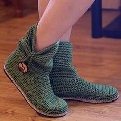 """Boots """"Bota em Crochê - / Boot on Crochet Hooks -"""" Crochet Slipper Boots, Crochet Sandals, Knitted Booties, Knit Shoes, Crochet Baby Booties, Crochet Slippers, Crochet Shoes Pattern, Shoe Pattern, Diy Crafts Crochet"""