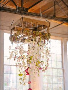 Chandelier de Flores Deixe seu casamento mais colorido! Usadas como um toque de romantismo, podendo ser usadas misturadas ou seguindo um mesmo padrão.