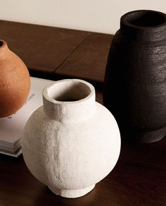 Zara Home Danmark Ceramic Plates, Ceramic Pottery, Pottery Vase, Thrown Pottery, Slab Pottery, Ceramic Art, Keramik Design, Clay Vase, Calla Lilies