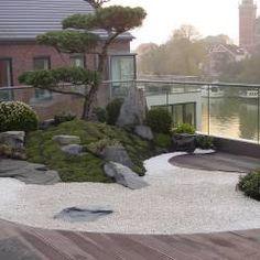 Über den Dächern von Leer: asiatischer Garten von Kokeniwa Japanische Gartengestaltung