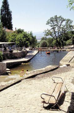 Uno de los mejores atractivos de este lugar encantador es su piscina natural. Junto a ella hay varios chiringuitos en los que se come estupendamente, con una relación calidad/precio anti-crisis, sombrita, sol para el bronce, musiquilla agradable... un paraíso.