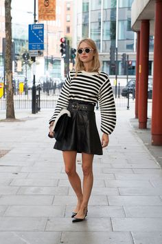 Pin for Later: The Best of Paris Fashion Week Street Style (Updated!) LFW Street Style Day 2 Pernille Teisbaek goes for high-impact black and white. London Fashion Weeks, Fashion Week Paris, Fashion Week 2015, Fashion Trends, Street Fashion, Street Style London, Street Style Chic, Street Style 2014, London Stil
