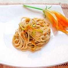 Spaghetti con pesto di zucchine e fiori di zucca  / Spaghetti with zucchini pesto and flowers