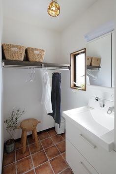 No.0344 TOKOZA -吹き抜けのある家族が感じあえる座のLDK-(一戸建て) | リフォーム・マンションリフォームならLOHAS studio(ロハススタジオ) presented by OKUTA(オクタ) Laundry Room Bathroom, Bathroom Toilets, Washroom, Small Bathroom, Diy Interior, Bathroom Interior, Drying Room, Small Room Design, Beautiful Living Rooms