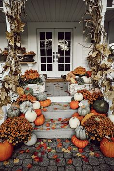 If you are looking for Fall Porch Farmhouse Style, You come to the right place. Below are the Fall Porch Farmhouse Style. This post about Fall Porch Farmhou. Fall Home Decor, Autumn Home, Fal Decor, Casa Halloween, Halloween Tags, Halloween Season, Halloween College, Halloween Mantel, Group Halloween
