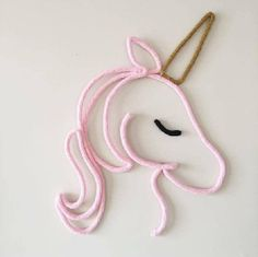 Unicornio Tricotin i-cord no Diy Crochet, Crochet Toys, Wire Crafts, Diy And Crafts, Wire Art Sculpture, Spool Knitting, I Cord, Crochet Decoration, Unicorn Party