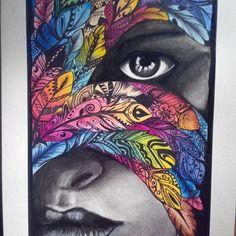 Femme métisse aux plumes multicolores
