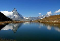 Een vrolijke foto van een meer en de Matterhorn met sneeuw die weerkaatst in het water. En aan de zijkant bergen die niet besneeuwd zijn. De Matterhorn is eigenlijk een stukje Afrikaanse plaat, die al helemaal is doorgedrongen tot diep in Zwitserland!. Misschien heeft smeltende sneeuw het meer gemaakt. (Dank je wel Femke!)