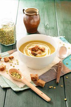 Une délicieuse soupe réconfortante aux pois cassés accompagnée de dés de pain grillé afin de se réchauffer pour l'hiver.