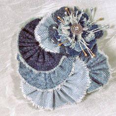 More Denim Flowers Fabric Flower Brooch, Fabric Roses, Jean Crafts, Denim Crafts, Denim Flowers, Lace Flowers, Ribbon Crafts, Flower Crafts, Flores Denim
