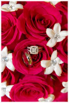wedding picture idea-wedding rings in bouquet