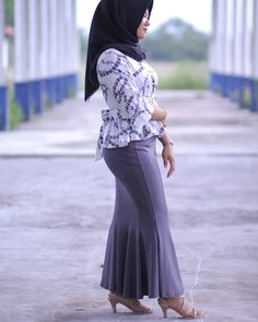Setahunbaru: Hijab In Love Beautiful Muslim Women, Beautiful Hijab, Hijab Prom Dress, Prom Dresses, Muslim Women Fashion, Womens Fashion, Video Hijab, Girl Hijab, Muslim Girls