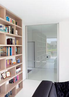 Dubbele glazen deur woonkamer. Het heldere glas biedt optimale transparantie en de gezandstraalde lijn ter hoogte van de grepen zorgt ervoor dat bezoek of kinderen niet tegen de deur aan lopen.