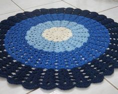 The round crochet rug is a versatile craft that you can make to decorate your home or even to sell and complement your income. Crochet Mat, Crochet Diagram, Crochet Home, Crochet Designs, Crochet Patterns, Round Rugs, Doilies, Handicraft, Rugs On Carpet