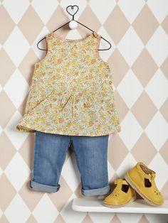 Cuir de qualité, dessus perforé, couture sandalette... une bonne chaussure pour bébé ! Matière Tige cuir (vachette), doublure croûte de cuir (porc), p Baby Outfits, Cute Outfits For Kids, Toddler Outfits, Baby Girl Fashion, Kids Fashion, Little Girl Skirts, Toddler Girl, Baby Kids, Baby Jeans
