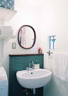 濃緑色のモザイクタイルで仕上げた洗面。ステンドグラスの小窓でアクセントを。 Laundry In Bathroom, Washroom, Bathroom Inspiration, Hand Washing, Mosaic Tiles, Mirror, Interior, House, Furniture
