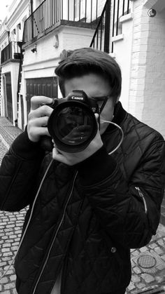 Brooklyn Beckham in action at his first professional fashion assignment. Brooklyn Beckham Photography, Brooklyn Becham, Brooklyn Joseph Beckham, Westminster, Victoria Beckham, David Beckham Family, Surf, Beautiful Disaster, Photography Camera