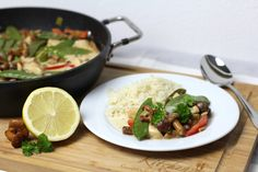 Pfifferling-Curry gemeinsam Kochen. Eine Kombination aus asiatischem Curry und unserem Lieblings-Pilz dem Pfifferling bringt Sommergefühle auf den Teller. Rezept auf https://www.kitchencouple.de/sommergericht-pfifferling-curry #pfifferling #curry