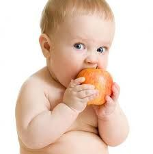 Resultado de imagem para bebe comendo fruta pinterest