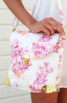 Cuando pensamos en Floral Print seguramente lo relacionaremos al lado más delicado, femenino y versatil de la moda y hoy lo podemos encontrar en casi cualquier parte de nuestro outfit ¿En qué parte te gusta llevarlo?