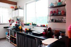 Precisa de inspiração para decorar a cozinha? Separamos 30 ambientes coloridos – e pequenos. Confira e inspire-se!
