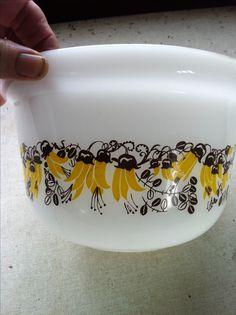 New Zealand Pyrex Kowhai Antique Glassware, Vintage Kitchenware, Vintage Dishes, Vintage Tins, Vintage Pyrex, Rare Pyrex, Pyrex Display, Glass Kitchen, Kitchen Items