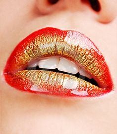 The different color of lipstick how to making a beautiful design on your lips? Here are find out the images of lip makeup tips and lipstick shades. Crazy Lipstick, Lipstick Art, Lipstick Tricks, Gold Lipstick, Gold Eyeshadow, Red Lipsticks, Lip Makeup, Beauty Makeup, Rock Makeup