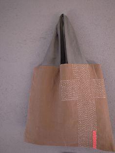 布と刺し子のコラージュバッグ Sashiko Embroidery, Jute Bags, Craft Bags, Linen Bag, Fabric Bags, Quilted Bag, Cloth Bags, Handmade Bags, Large Bags