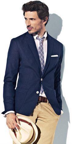Chino beige, chemise blanche, cravate à carreaux, blazer bleu