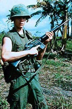 Kevin Dillon in Platoon Vietnam History, Vietnam War Photos, Vietnam Veterans, Indochine, My War, War Photography, American Soldiers, War Machine, Military History