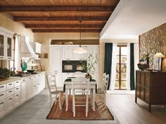 cuisine-shabby-chic-revetement-mural-bois-plafond-coin-repas-lampe