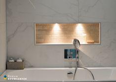 Deze marmeren badkamer oogt heel rustig door de natuurlijke kleuren die zijn gebruikt. Toch ook erg chique door de gebruikte materialen. Door de mooie witte handdoeken en luxe regendouche krijg je bijna een hotel gevoel! Showroom, Shabby Chic, Lush, Fashion Showroom