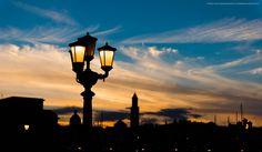 la trovo attraente questa città nuova, con le sue vie larghe, ad angoli retti, che consentono di veder sempre in fondo ad esse il mare, come si vedono a Torino le Alpi. Paul Bourget. Camminando in Bari vecchia, murattiano e lungomare
