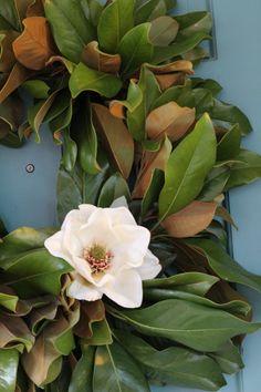 corona de Adviento de hojas y flor magnolia