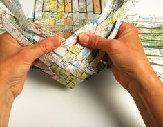 weaving basket with old maps! Newspaper Basket, Newspaper Crafts, Paper Basket Weaving, Paper Basket Diy, Origami, Magazine Crafts, Weaving Projects, Metal Projects, Diy Projects