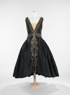 Dress (Robe de Style) House of Lanvin (French, founded Designer: Jeanne Lanvin (French, Date: fall/winter 1926 Culture: French Medium: silk, rhinestones, pearls Dimensions: Length at CB: 53 in. Jeanne Lanvin, Vintage Outfits, Vintage Gowns, Vintage Mode, Dress Vintage, 20s Fashion, Fashion History, Fashion Dresses, Vintage Fashion