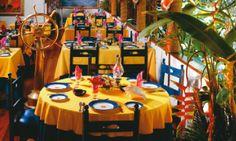 Los Girasoles  La historia de este encantador restaurante comenzó hace más de 40 años cuando se compraron cinco vagones de ferrocarril a los Talleres de Chipichape cerca de Cali.