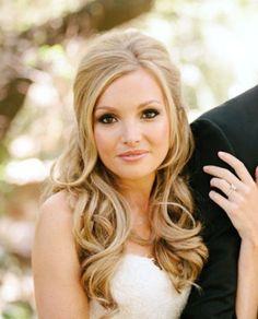 Existe una regla de oro en cuanto peinados para novias gorditas, con cara redonda, cara ovalada o cachetona | Este peinado tiene volumen por atrás y ondas suaves en la parte inferior