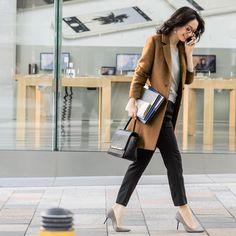 「#気持ちなんて服で変わる #ファビア #FABIA #FABIA秋 #fashion #ファッション #コーデ #コーディネート #オフィスコーデ #チェスターコート #コート #バッグ #ニット #Vネック #大人カジュアル #オフィスカジュアル #秋 #松島花」