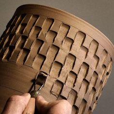 "Fantastic Totally Free Slab pottery patterns Tips ""Das Flathead-Muster mit einem Schraubendreher stempeln. Pottery Tools, Pottery Classes, Slab Pottery, Pottery Vase, Ceramic Pottery, Pottery Patterns, Pottery Designs, Pottery Ideas, Ceramic Techniques"