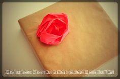 DIY - tuto - décoration cadeau - anniversaire - papier - crépon - paper - birthday - Noël - Christmas - fleur - flower