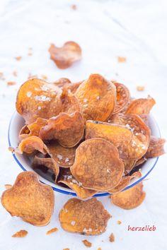 Snacken - mit diesen Süßkartoffel-Chips ganz einfach. Tolles Fingerfood, dass man auch mit einem Dip essen kann! Einfach und leicht zuzubereiten. Rezept von herzelieb